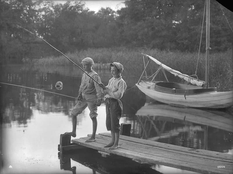 Boys-fishing-circa-1915