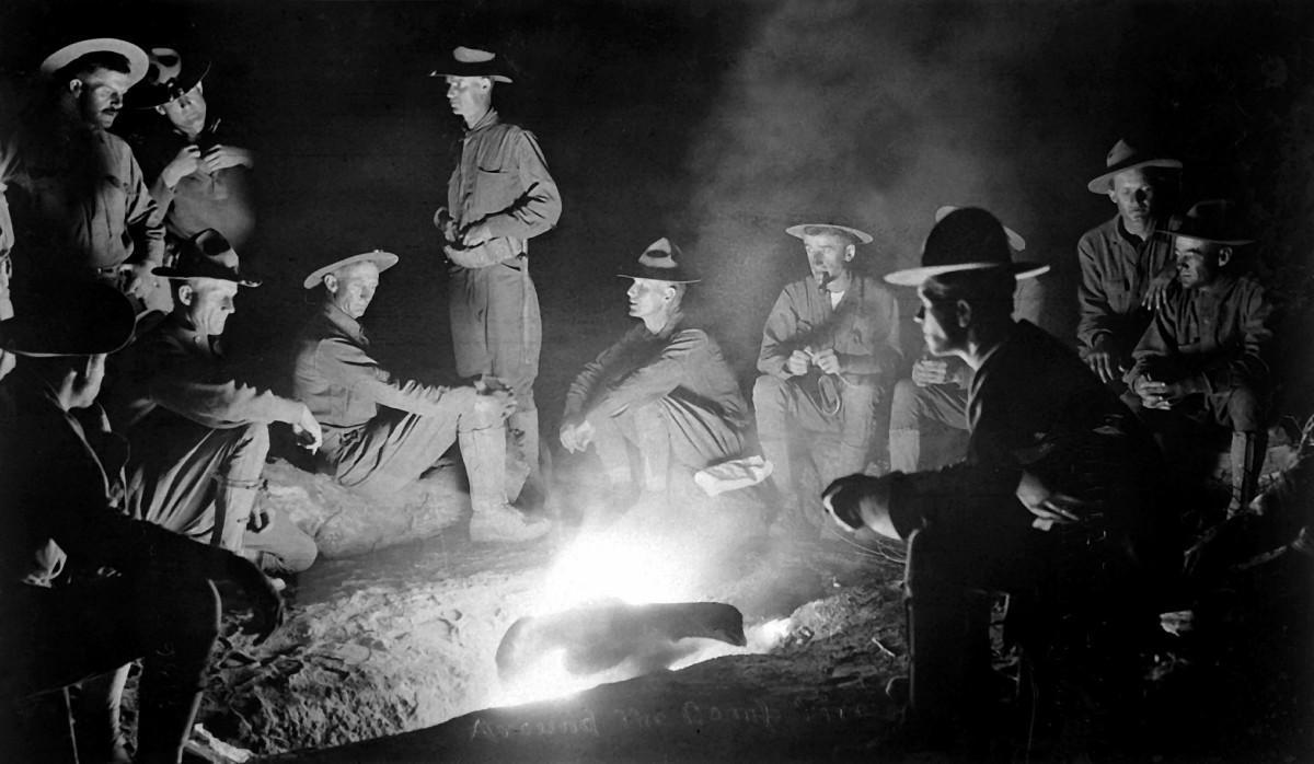 Around the camp-fire, men, 100 zručností ktoré by mal každý muž ovládať, zručnosti, muž, www.pravymuz.sk, oheň