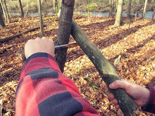 Nôž na prežitie, nôž, survival, bushcraft, armádny, muž, čepeľ, www.pravymuz.sk, pánsky magazín, batonning