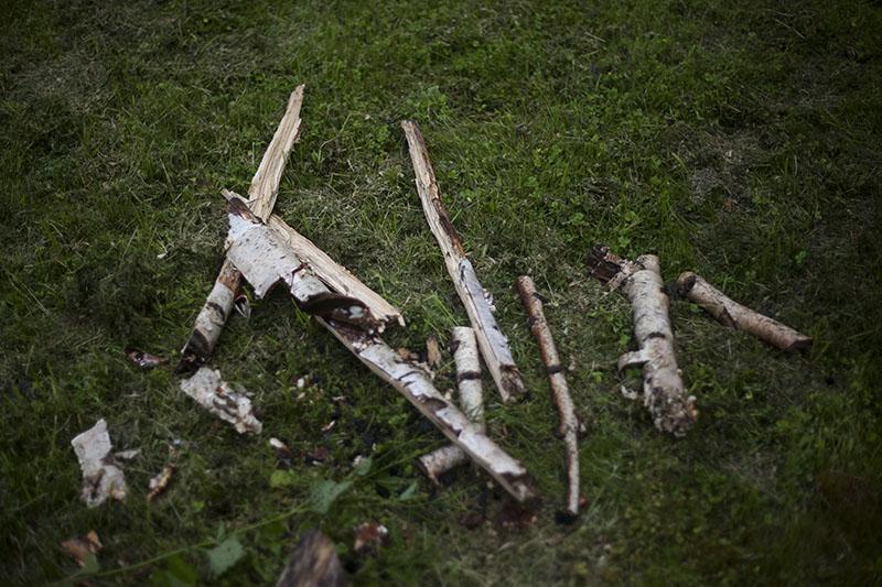 Ako Založiť Oheň Potom ako Pršalo, mužské zručnosti, kresadlo, nôž, survival, bushcrafting, bushcraft, prežitie, www.pravymuz.sk, muž, pansky magazin, preparing-wet-wood-for-tinder