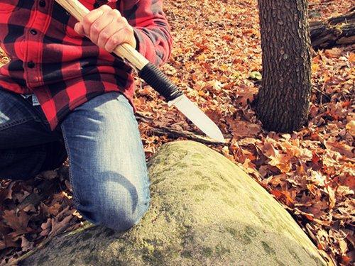 Nôž na prežitie, nôž, survival, bushcraft, armádny, muž, čepeľ, www.pravymuz.sk, pánsky magazín, improvizovaná kópia