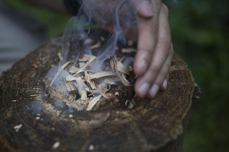 Ako Založiť Oheň Potom ako Pršalo, mužské zručnosti, kresadlo, nôž, survival, bushcrafting, bushcraft, prežitie, www.pravymuz.sk, muž, pansky magazin, wet-log-smoking-fire