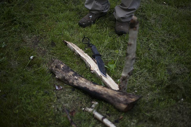Ako Založiť Oheň Potom ako Pršalo, mužské zručnosti, kresadlo, nôž, survival, bushcrafting, bushcraft, prežitie, www.pravymuz.sk, muž, pansky magazin, wood-chopped-in-quarters