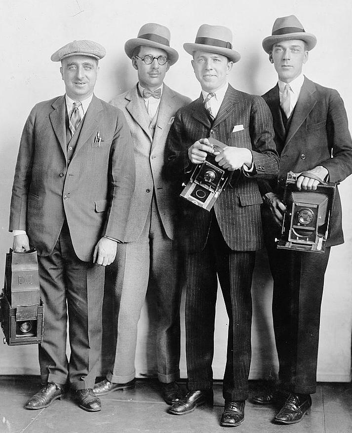 1920s-mid-mens-hats-suits-White-House-News-Photographers, história Pánskej módy, 100 rokov pánskej módy, pravý muž, oblek, sako, vintage, 20 roky