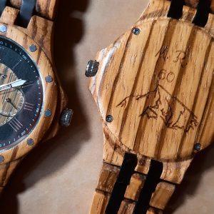 Gravírovanie na zadný kryt drevených hodiniek 02