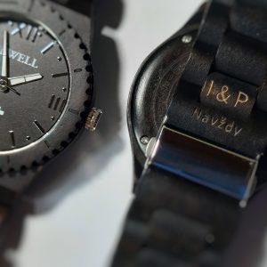 Gravírovanie na náramok drevených hodiniek 03