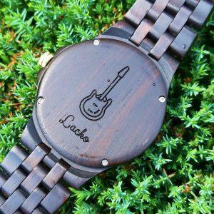 Gravírovanie na zadný kryt drevených hodiniek 01