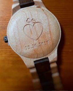 drevene hodinky s gravirovanim